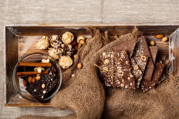 Czekoladowe cukierki cynamon i orzechy na worze