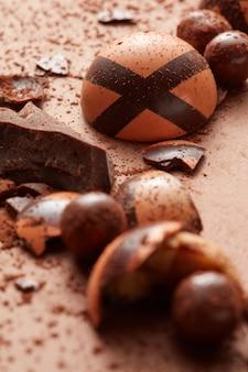 Czekoladowe cukierki na brązowym tle zbliżenie