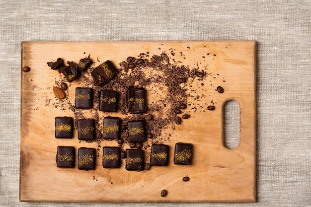 Czekoladowe cukierki na drewniane biurko na worze