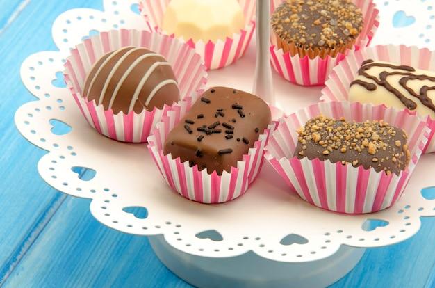Czekoladowe cukierki na tacy