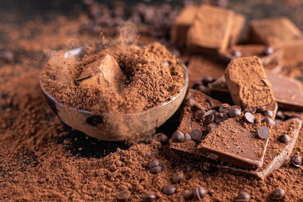 Czekoladowe cukierki trufla w proszku kakaowym naturalne słodycze deserowe posiłek przekąska na stole miejsce na kopię