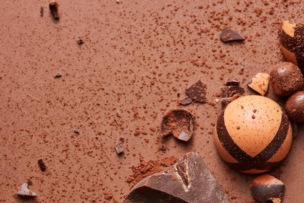 Czekoladowe cukierki w kącie na brązowym tle