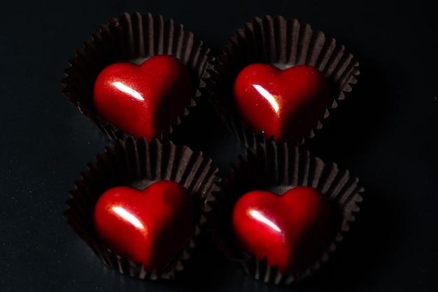 Czekoladowe cukierki w kształcie serca na prezent walentynkowy