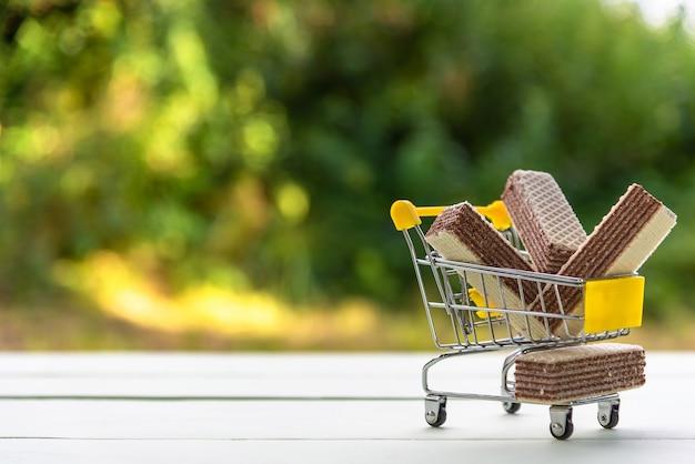 Czekoladowe gofry w wózku na zakupy
