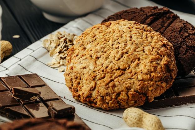 Czekoladowe i owsiane ciasteczka na ciemny drewniany stół