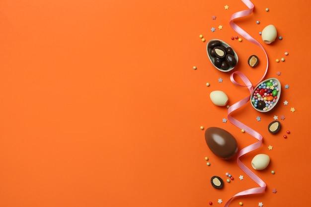 Czekoladowe jajka wielkanocne, cukierki i posypka na pomarańczowo