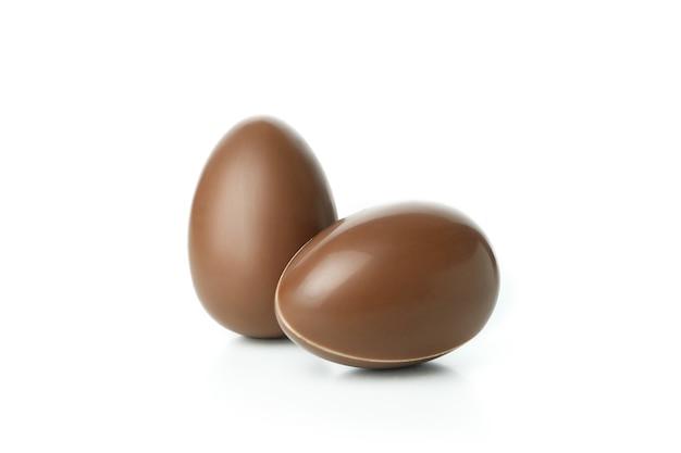 Czekoladowe jajka wielkanocne na białym tle na białej ścianie