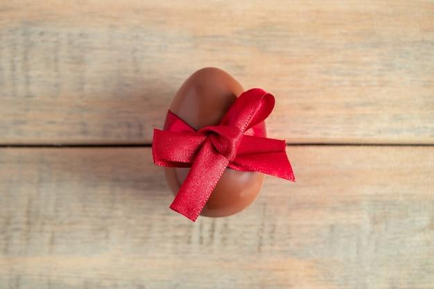 Czekoladowe jajko z czerwoną jedwabną wstążką