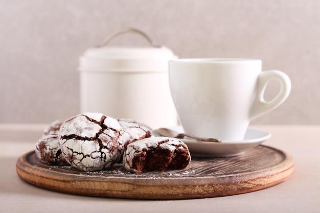 Czekoladowe krówki marszczą herbatniki z filiżanką kawy