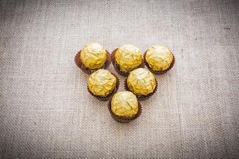 Czekoladowe kuleczki owinięte w złotą folię