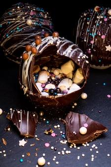 Czekoladowe kulki z kakao i piankami w noworocznej dekoracji