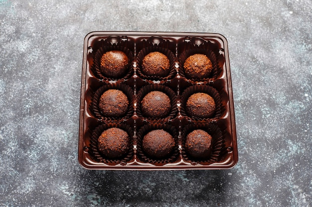 Czekoladowe kulki z kakao w proszku.