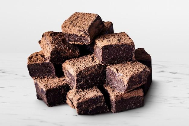 Czekoladowe kwadraty trufli ganache posypane proszkiem kakaowym