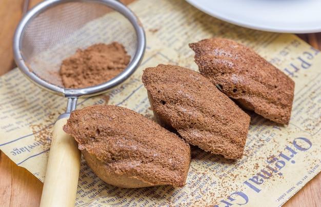Czekoladowe madeleines w proszku z kakao