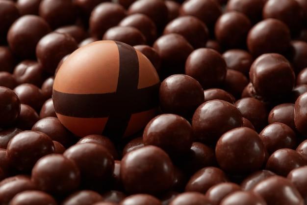 Czekoladowe okrągłe cukierki na tle czekolady