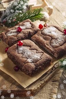 Czekoladowe pierniki świąteczne z nadrukiem choinki, gwiazdy i buta. domowe wypieki
