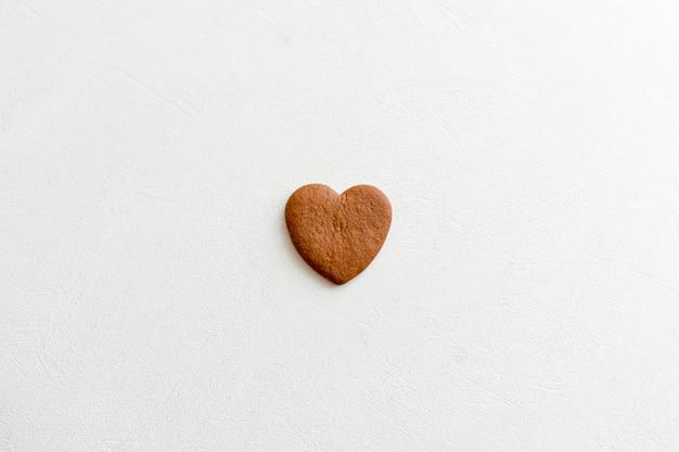 Czekoladowe serca na białym tle serca. miłość do wież