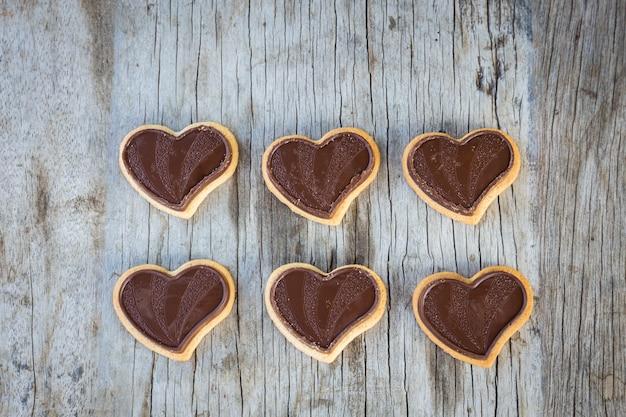 Czekoladowe serce na drewnianym stole na prezent w miłości walentynki.