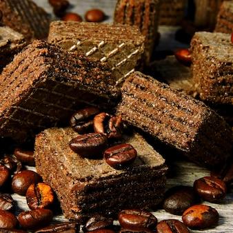 Czekoladowe wafle do kawy i ziarna kawy. małe kwadratowe wafle.