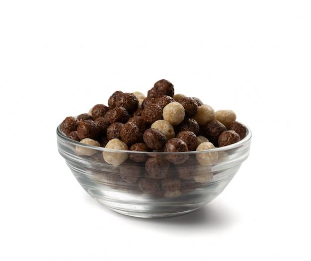 Czekoladowe waniliowe kulki zbożowe śniadaniowe wymieszać w drewnianej misce na białym tle.