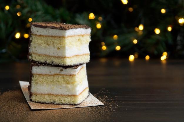 Czekoladowego torta souffle na tle bokeh zaświeca.
