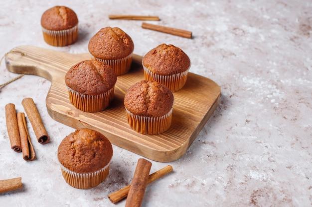 Czekoladowi muffins na jasnobrązowym tle, selekcyjna ostrość.
