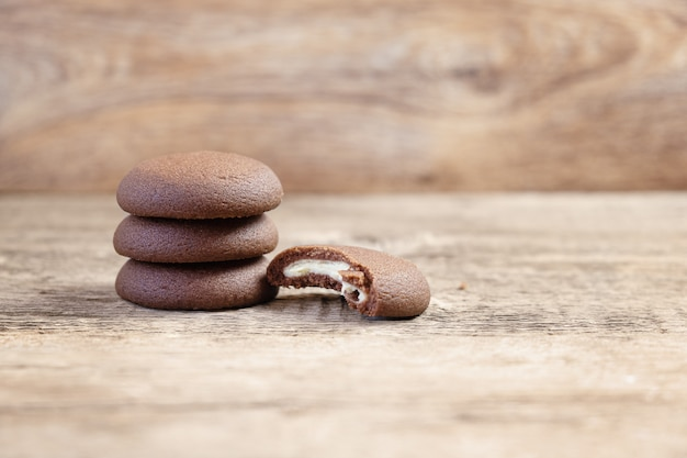 Czekoladowi round ciastka na drewnianym tle