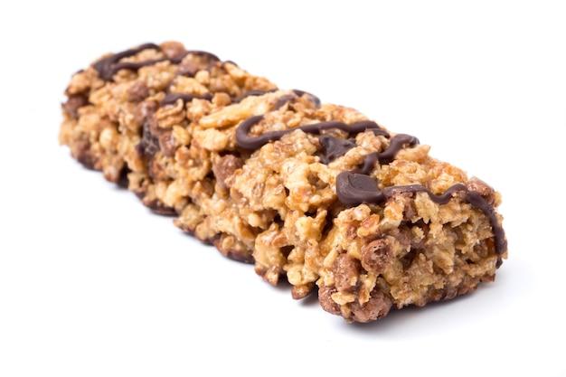 Czekoladowi zboże bary z pszeniczną całą adrą i czekoladą na białym tle.