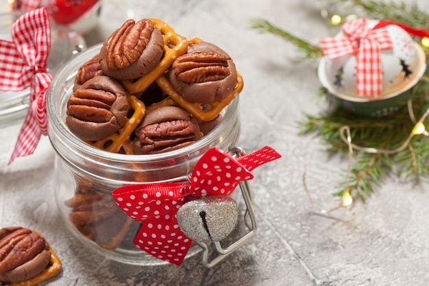 Czekoladowo-karmelowy precel z orzechami pekan w słoiku