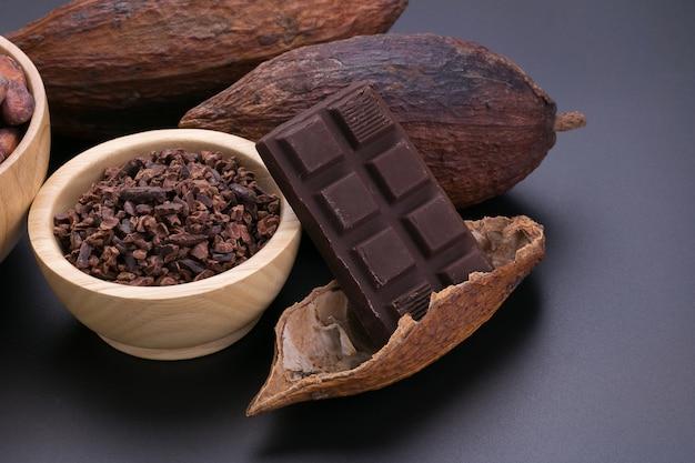 Czekoladowy baton i wysuszony kakaowy strąk