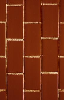 Czekoladowy brąz kolorowy z białym akcentem ceglany mur w tle