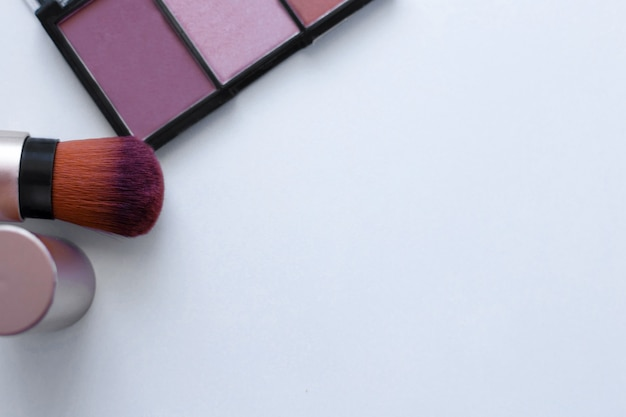 Czekoladowy bronzer i rozświetlacz oraz pędzel do aplikacji różu na białe tło z...