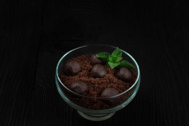 Czekoladowy deser ciasteczka z kawałkami czekolady i mięty na ciemnym drewnianym tle z koncepcją copyspace, jedzenia i picia