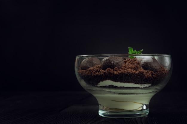 Czekoladowy deser z ciastek z kawałkami czekolady