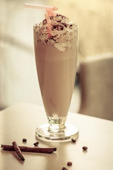 Czekoladowy koktajl mleczny. koncepcja zdrowej żywności