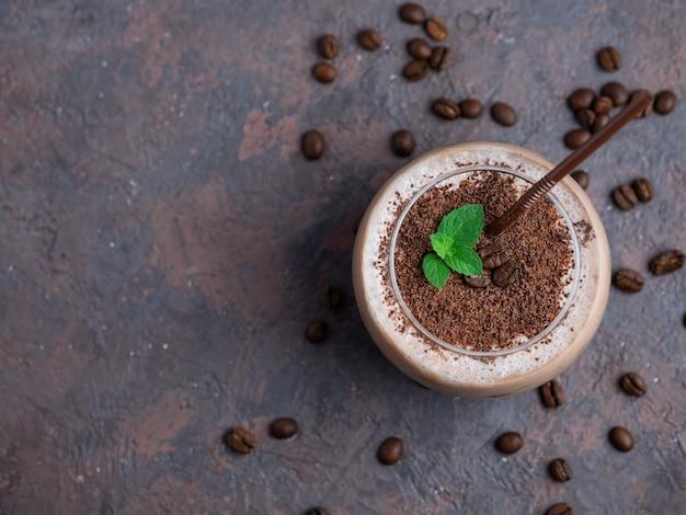 Czekoladowy koktajl z kawą, kakao i mlekiem posypany kawałkami czekolady