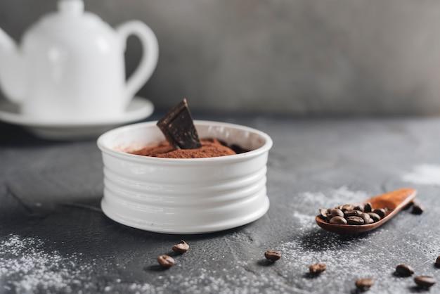 Czekoladowy łosia deser z kawowymi fasolami na kuchennym blacie