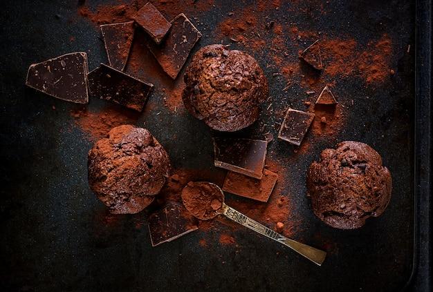 Czekoladowy muffin na ciemnej powierzchni. widok z góry. leżał płasko
