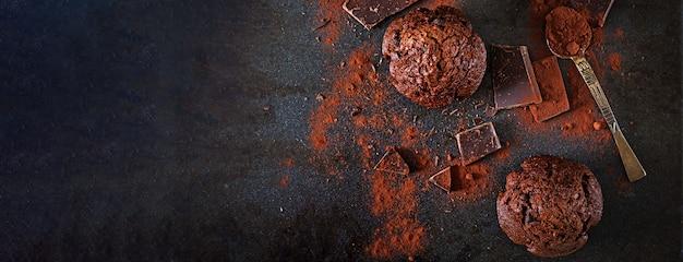 Czekoladowy muffin na ciemnej powierzchni. widok z góry. transparent. leżał płasko