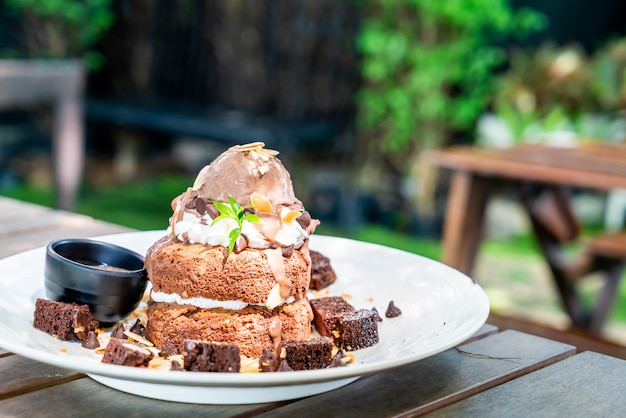 Czekoladowy naleśnik z lodami czekoladowymi i ciastkami