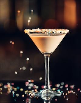 Czekoladowy napój martini w szklance martini ozdobiony posypką