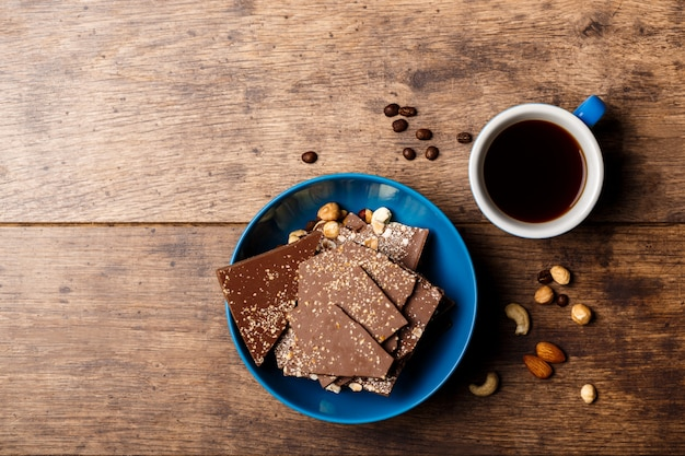 Czekoladowych cukierków kawa i dokrętki na drewnie