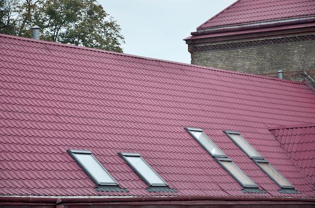 Czerep metalu dach wznawiający stary wielopiętrowy budynek w lviv, ukraina