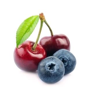 Czereśnia i jagody na białym tle
