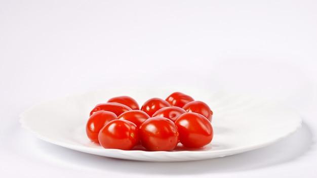 Czereśniowych pomidorów sterta odizolowywająca na białym tle