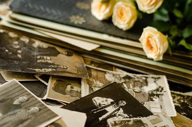 Czerkasy / ukraina - 12 grudnia 2019 r .: album ze zdjęciami w stylu vintage ze zdjęciami rodzinnymi