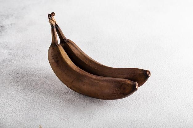 Czerstwy banany brzydkie jedzenie czarny biały stół zepsute jedzenie