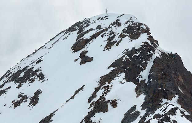 Czerwcowy widok z góry karlesjoch alps (3108 m, w pobliżu kaunertal gletscher na granicy austriacko-włoskiej) nad przepaścią i chmurami