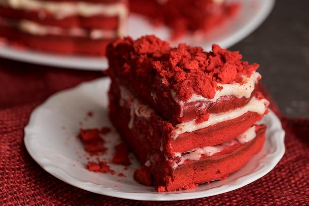 Czerwona aksamitna tortowa brezentowa pielucha na betonowym zmroku - szary tło