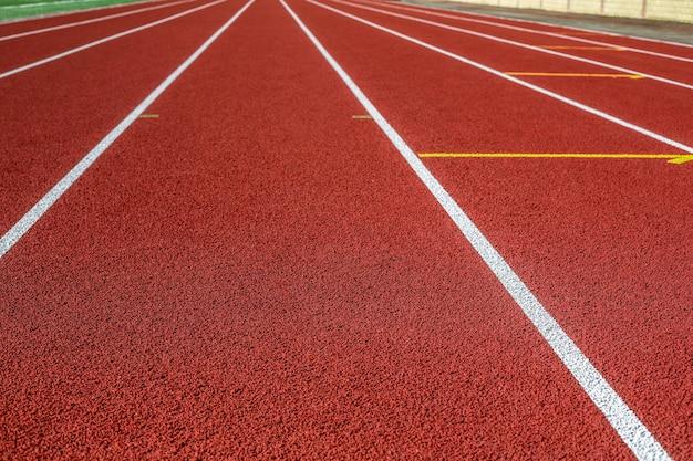Czerwona bieżnia na boisku sportowym